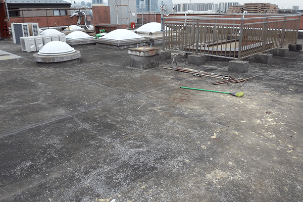 屋上やベランダなどの防水処理は、年々劣化していきます。